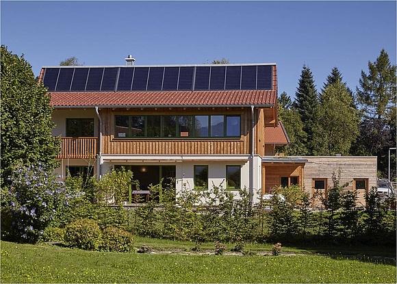 Bei Einem Strohballenhaus Am Chiemsee Wird Nach Dem Sonnenhaus Heizkonzept  Mit Einer Großen Solarthermie